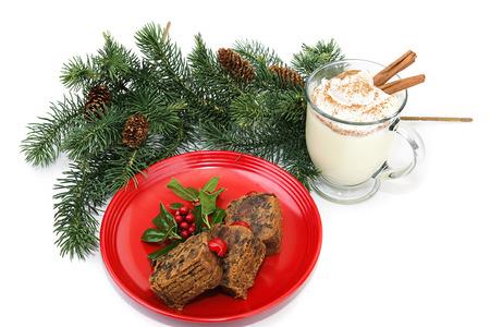 eggnog: Pastel de frutas de Navidad y ponche de huevo sobre fondo blanco. Foto de archivo
