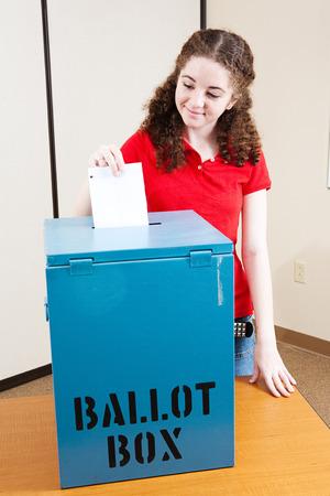 Dix-huit ans vote Latina fille pour la première fois. Banque d'images