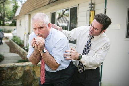 Homme d'affaires d'âge mûr avec une mauvaise toux. Son ami et collègue est inquiet pour lui et lui tapote le dos en essayant d'aider. Vignette ajouté. Banque d'images - 33134653