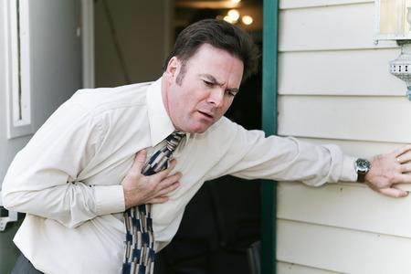 tosiendo: El hombre de negocios tiene síntomas repentinos de un ataque al corazón, angina de pecho, náusea, o una enfermedad como la gripe o el ébola.