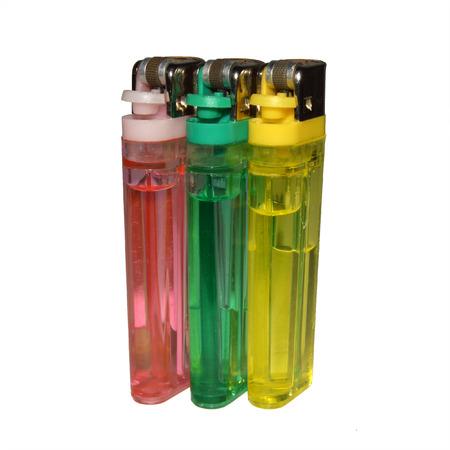 encendedores: tres encendedores de colores, colocadas sobre un fondo blanco