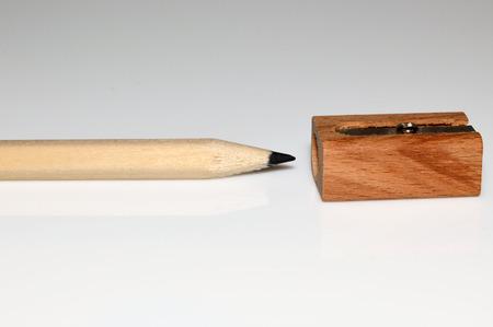 sacapuntas: madera de lápiz y sacapuntas en el fondo blanco Foto de archivo