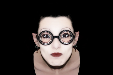 mimo: una mímica con las gafas en el fondo neutro
