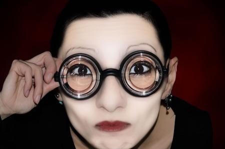 mimo: una m�mica con las gafas en el fondo neutro