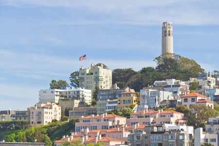 coit tower: Coit tower, houses and american flag at San Francisco