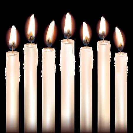 candela: Sette acceso candele bianche isolate su fondo nero.