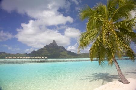 Ver a través de la laguna playa tropical al Monte Otemanu, Bora Bora, Polinesia Francesa