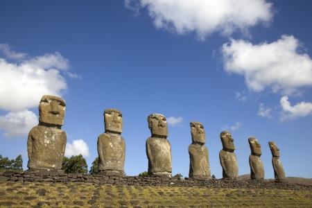 moai: Vista de siete Moai Ahu Akivi, que son el único Moai que dan al mar, Rapa Nui, Isla de Pascua, Chile