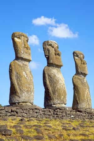 moai: Vista de tres de los siete Moai Ahu Akivi, que son el único Moai que dan al mar, Rapa Nui, Isla de Pascua, Chile