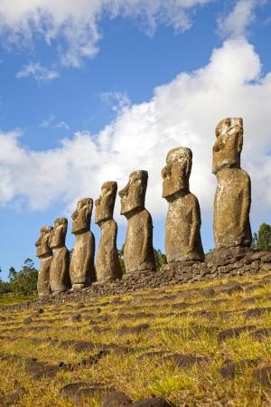 moai: Vista del Ahu Akivi Moai, que son el único Moai que dan al mar, Rapa Nui, Isla de Pascua, Chile Foto de archivo