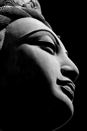 cabeza de buda: Negro blanco cerca de una de las seis de la ofrenda del Seis estatuas Devas que est�n rodeando el Tian Tan Buddha grande en Hong Kong