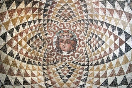 templo romano: Mosaico de Dionisos, desde las ruinas del panel central de piso de mosaico de una villa romana (segunda mitad del siglo segundo antes de Cristo). Representado es Dionysos con frutas y hiedra en su cabello. Corinto, Grecia. Foto de archivo