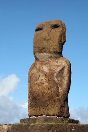 One Moai Ahu Riata in Hanga Piko, Easter Island, Chile Imagens