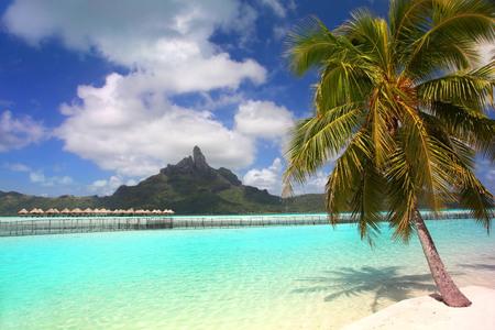 Belle plage tropicale avec le mont Otemanu en arrière-plan, Bora Bora, Polynésie française.