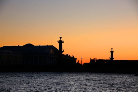 The Rostral Columns and the Old Saint Petersburg Stock Exchange buildings in silhouette at sunset, which are situated on Strelka, the eastern tip of Vasilievsky island, St Petersburg, Russia. 版權商用圖片