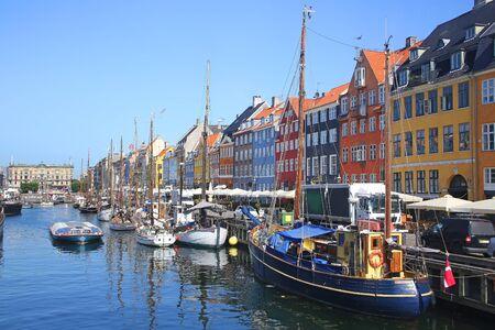 Vue sur Nyhavn qui est un front de mer historique du XVIIe siècle avec des navires en bois, un canal, des bâtiments colorés et un quartier de divertissement à Copenhague, au Danemark. Banque d'images