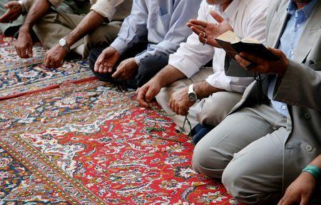 kuran: Uomini musulmani cantando uno lamento per il loro profeta Maometto in una moschea sciita a Damasco, Siria.