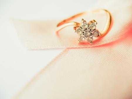 joyas de oro: Ringsin sobre cinta rosa Foto de archivo