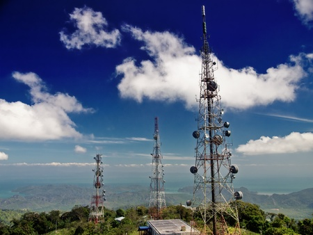 telecomm: Las torres de telecomunicaciones en la parte superior de Gunung Raya de monta�a en la isla de Langkawi en Malasia Foto de archivo