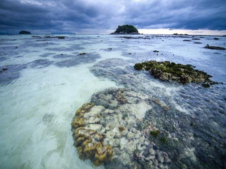 ebb: Stormy Ebb krajobraz na wyspie Koh Lipe Tajlandia