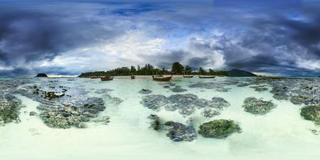 ebb: Stormy panoramiczny Ebb krajobraz na wyspie Koh Lipe Tajlandia