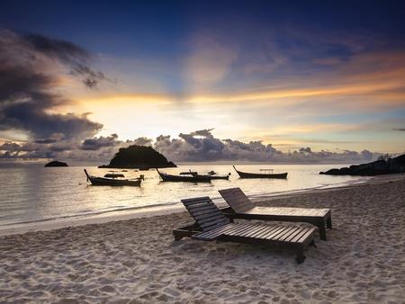 koh: Majestuoso amanecer en una isla Koh Lipe tropical en Tailandia Foto de archivo