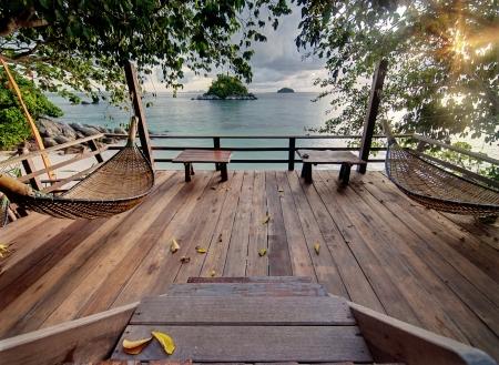 Prive-terras met hangmatten in tropische