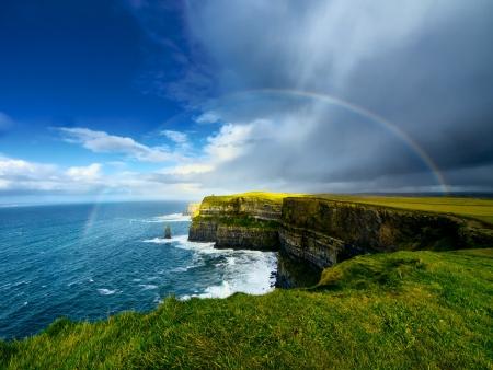 アイルランドのモハーの断崖の上の虹 写真素材