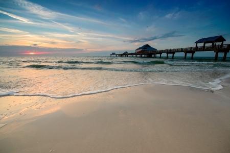 the sky clear: Puesta del sol cerca de Pier 60 en una playa de Clearwater, Florida, EE.UU. Foto de archivo