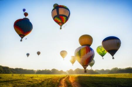 путешествие: Много воздушных шаров начала они полет над полем и лесом