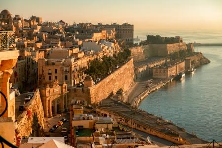 古代の壁やマルタの首都バレッタの街。