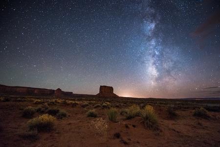 noche: Increíble Vía Láctea sobre el valle del monumento. Foto de archivo