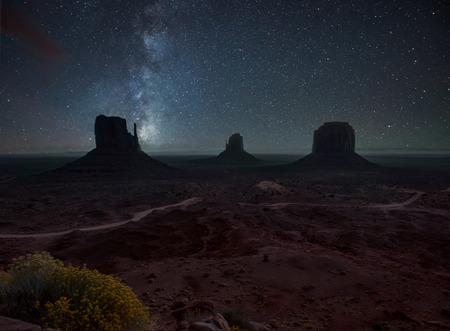 Vía Láctea y las estrellas brillantes por encima de Monument Valley. EE.UU.