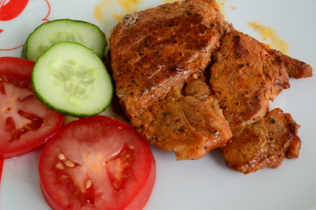 grilled meat with cucumber and tomato Imagens
