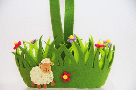 pasen schaap: Mand van Paaseieren textiel, lam en bloemen Stockfoto