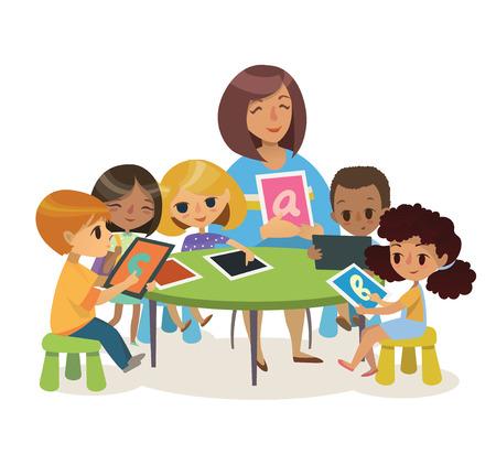 Groep van gelukkige kinderen en Tiitor met tabletten zitten op een bureau. School les illustratie. Preschool les. Eigentijds onderwijs gebruik van de apparaten. Vector. Geïsoleerd.