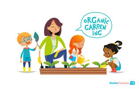 Nette Mädchen und Jungen helfen, ihre Lehrer für die Pflanzen zu kümmern. Lehrer und Kinder in Gartenarbeit im Garten beschäftigt. Mädchen Bewässerung der Blumen im Garten. Eco-Konzept. Montessori Bildung Konzept. Organische Gartenarbeit. Standard-Bild - 66951112