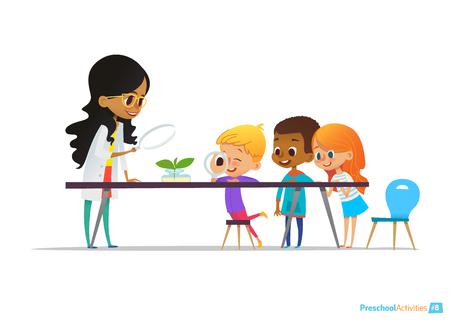 여성 교사가 플라스크에 공장을 보여, 아이들은 식물학 수업 중에에 돋보기를 통해보고. 유치원 교육 활동 및 자연 과학 교육. 웹 사이트 벡터 일러스