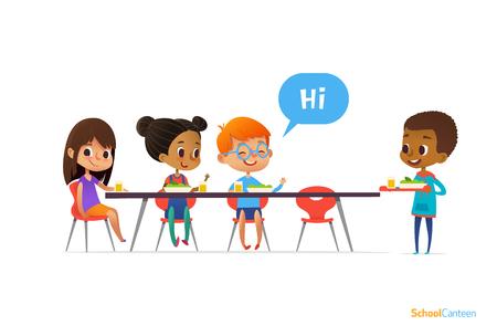 Des enfants multiraciaux assis à table à la cantine scolaire et saluant le nouveau venu. Banque d'images - 74002228