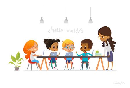 Niños felices sentados en los ordenadores portátiles y programación de aprendizaje durante la lección de la escuela. Ilustración de vector