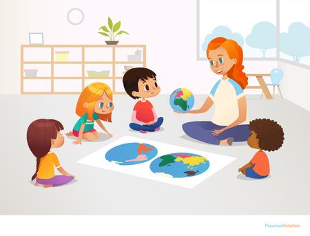 어린이들은 세계지도 주위에 앉아 있고 빨간 머리 여학생은 행성 지구 모델을 보여줍니다. 지리 수업 초등 학교 개념입니다. 포스터, 엽서, 광고에 대