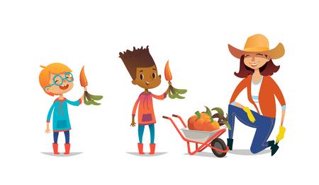 Lachende gemischtrassige Kinder, die Karotten und weiblichen Landarbeiter halten, kleidete in den Gummistiefeln und im Strohhut an, der auf einem Knie neben Schubkarre voll Kürbise steht. Vektor-Illustration. Standard-Bild - 84568534
