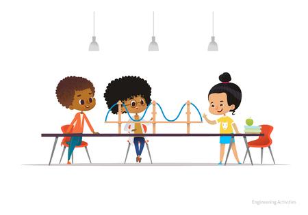 多民族の子供立ち、それをサスペンション ブリッジ モデルをテーブルの周りに座っています。学校での子供の活動をエンジニア リングの概念。Web