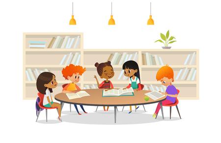 Grupa dzieci siedzi wokoło stołu przy szkolną biblioteką i słuchanie dziewczyny czytelnicza książka out głośna przeciw bookcase lub odkładać na tle. Ilustracja kreskówka wektor transparent, plakat.