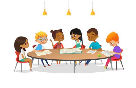 Chłopcy i dziewczęta siedzą przy okrągłym stole, uczą się, czytają książki i omawiają je. Dzieci rozmawiają ze sobą w szkolnej bibliotece. Ilustracja kreskówka wektor banner, plakat, reklama.