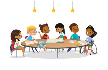 Sonriente niña con discapacidad en silla de ruedas y sus amigos de la escuela sentados alrededor de la mesa redonda, leyendo libros y hablar entre ellos. Concepto de actividad inclusiva. Ilustración de vector de dibujos animados para banner.