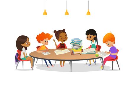 Multiraciale kinderen zitten rond de ronde tafel met stapel boeken en luisteren naar meisje voorlezing. Schoolliteratuurclub. Leuke stripfiguren. Vectorillustratie voor banner, poster. Stockfoto