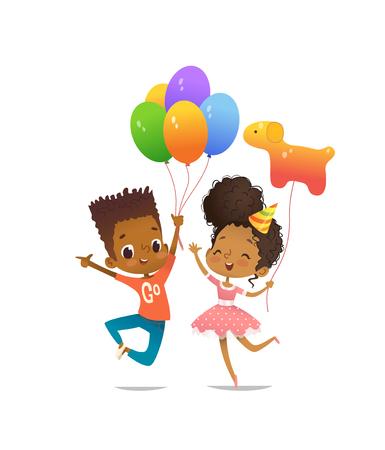 Freudiger afroamerikanischer Junge und Mädchen mit den Ballonen und dem Geburtstagshut, die glücklich mit ihren Händen oben springen. Vector Illustration für Geburtstagsfeierflieger, Websitefahne, Plakat, Einladung. Vektorgrafik