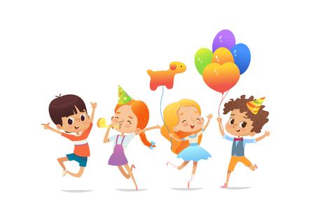Szczęśliwe dzieci w wieku szkolnym z balonami i urodzinowymi czapkami radośnie skaczą