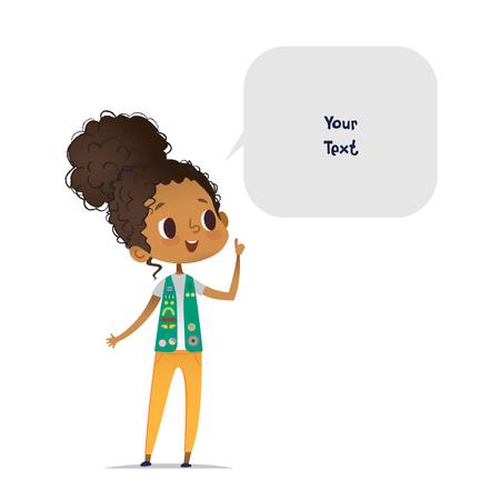 Il giovane esploratore afroamericano sorridente della ragazza si è vestito in uniforme con i distintivi e le toppe e la bolla di discorso con il posto per testo isolato su fondo bianco. Esploratore femminile, membro della truppa, oratore. Vettoriali